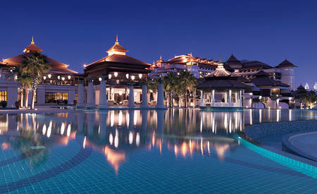 3_Anantara-Palm-Dubai_Main_Pool_Mai_Bar_by_Night