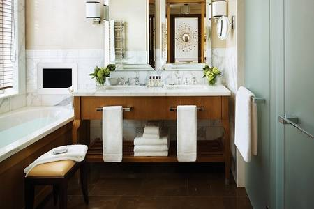R08 Executive Family Bathroom